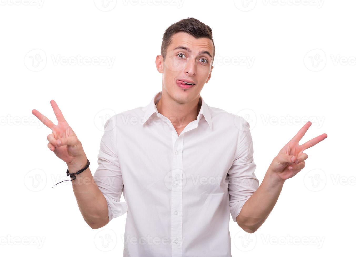 Porträt eines energischen jungen verrückten Mannes, der Erfolg genießt, isoliert foto