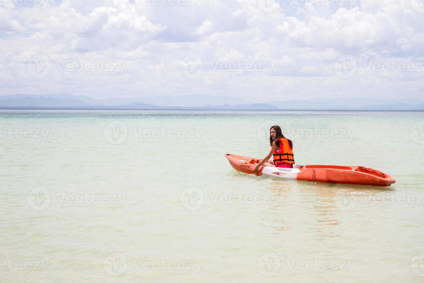 schönes Mädchen mit Reisen und Urlaub am Strand genießen foto