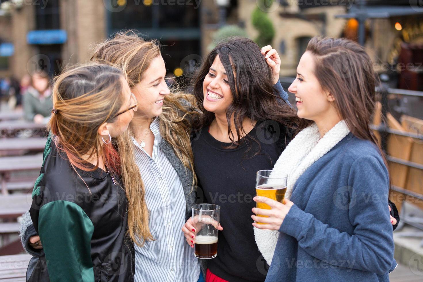 Gruppe von Frauen, die ein Bier in der Kneipe in London genießen. foto