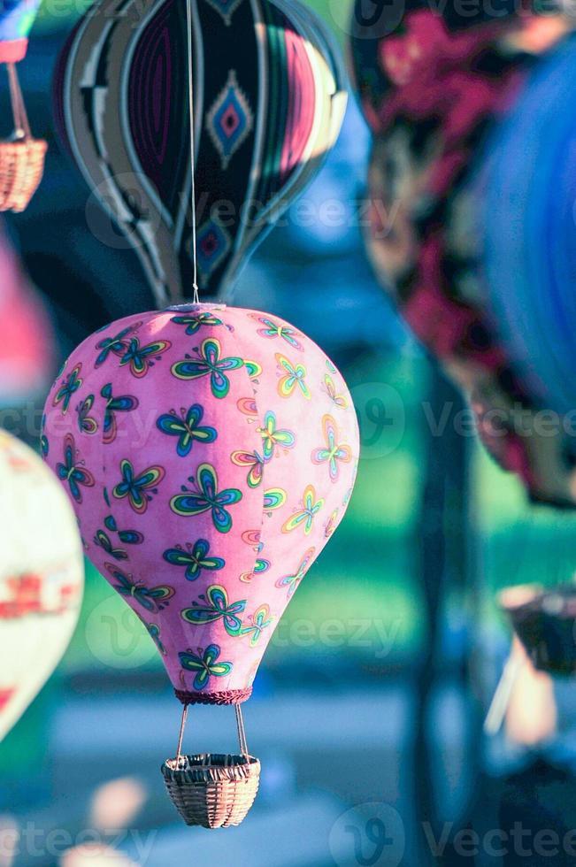 Bündel Heißluftballonspielzeug, das im Wind baumelt foto