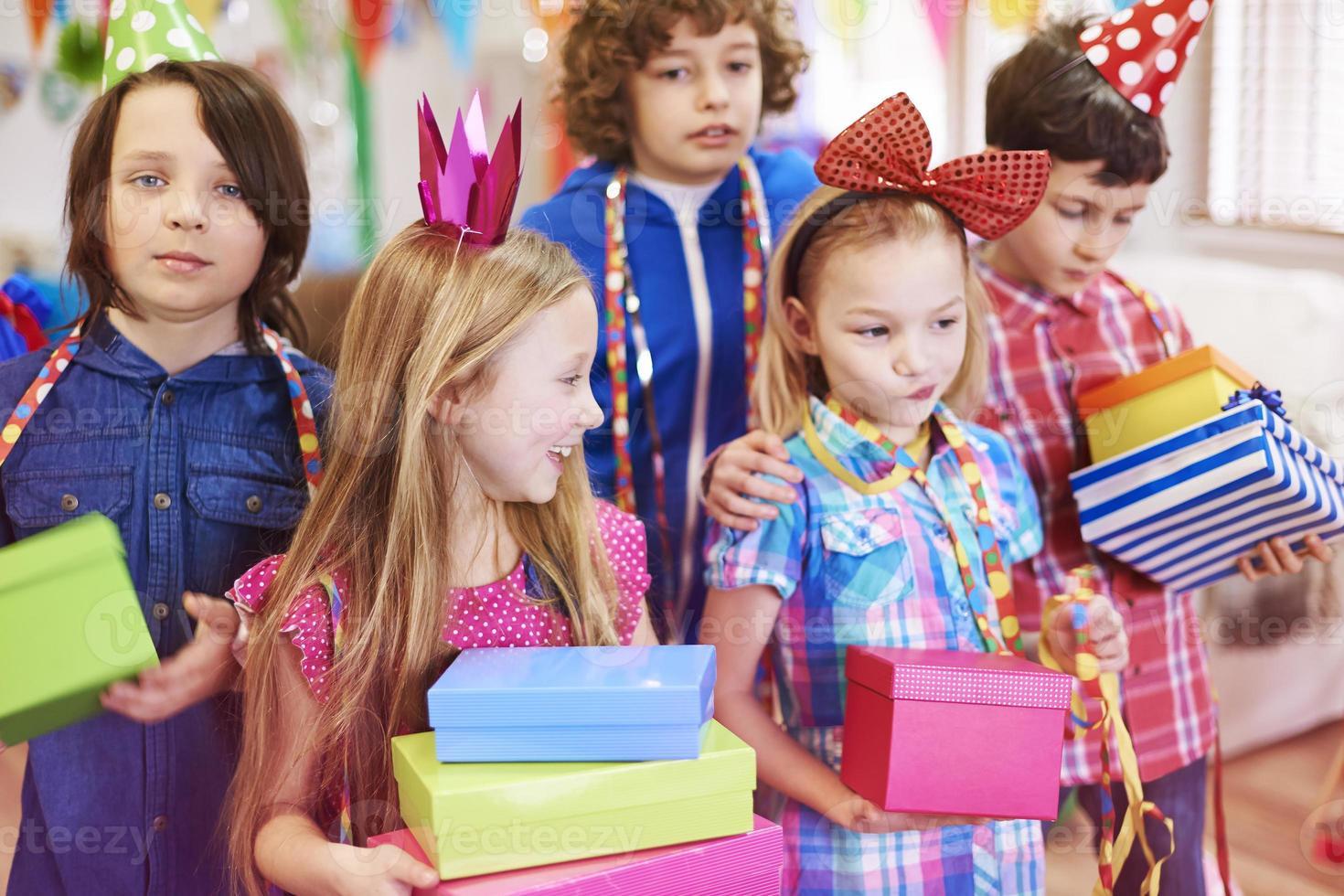 Genießen Sie die Geburtstagsgeschenke von Freunden foto