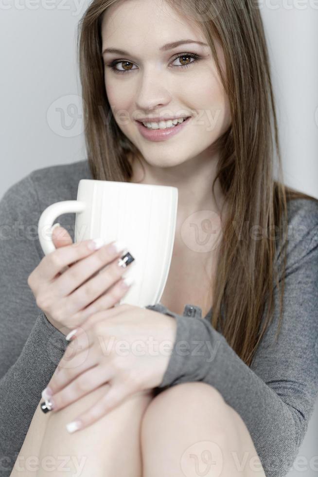 Frau genießt einen Kaffee foto