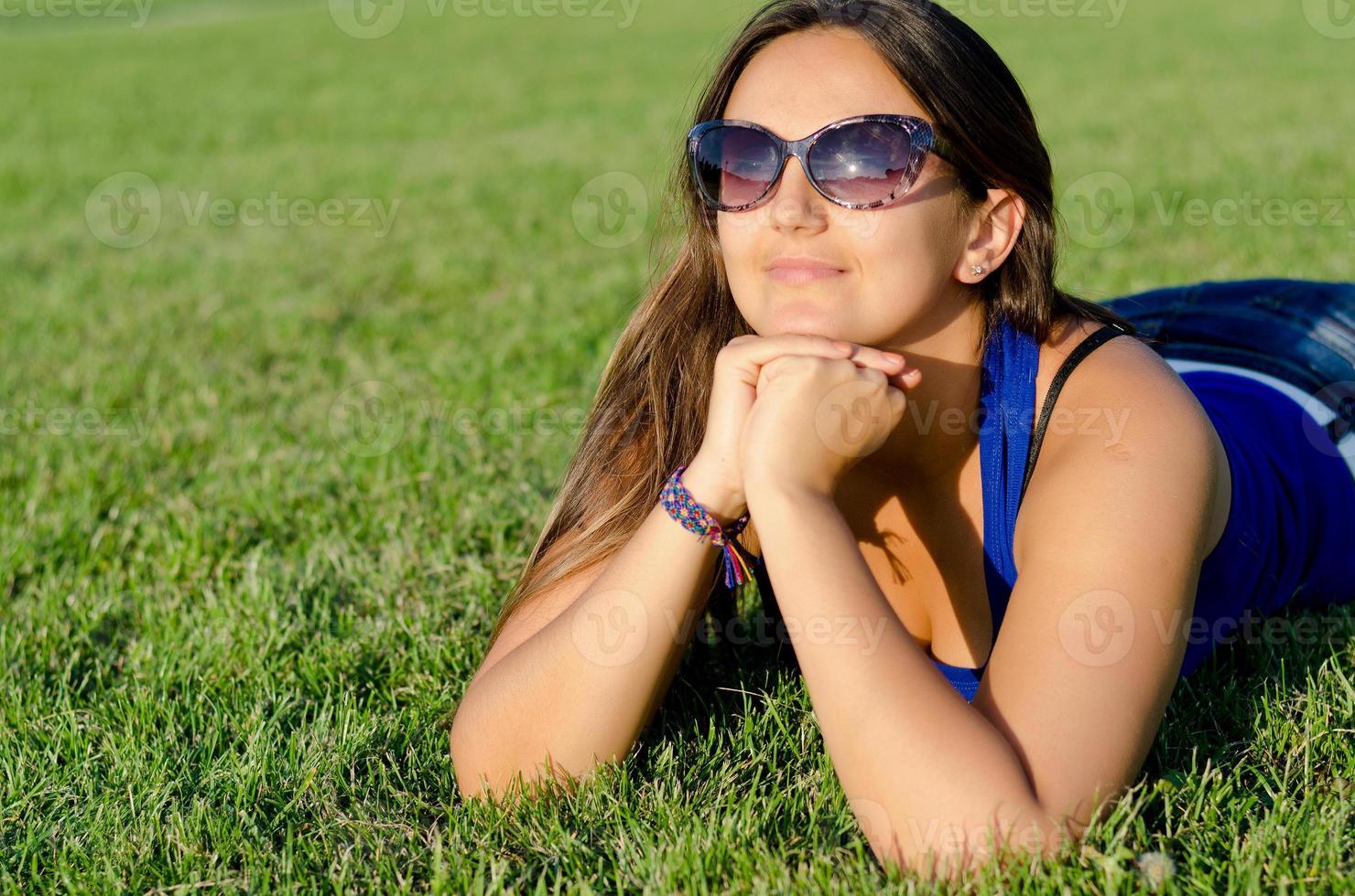 Frau genießt den Sonnenschein foto