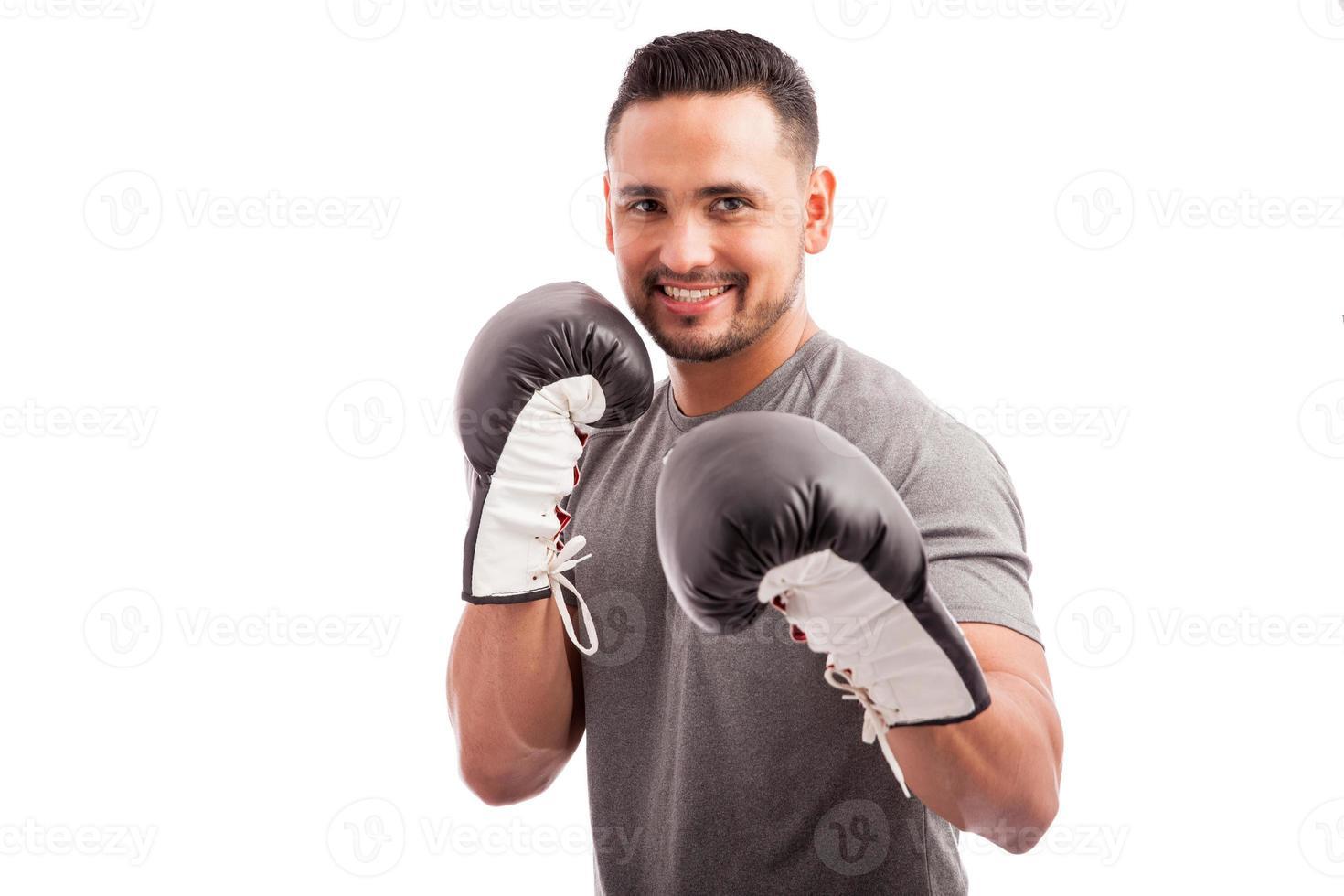 Mann, der Boxpraxis genießt foto