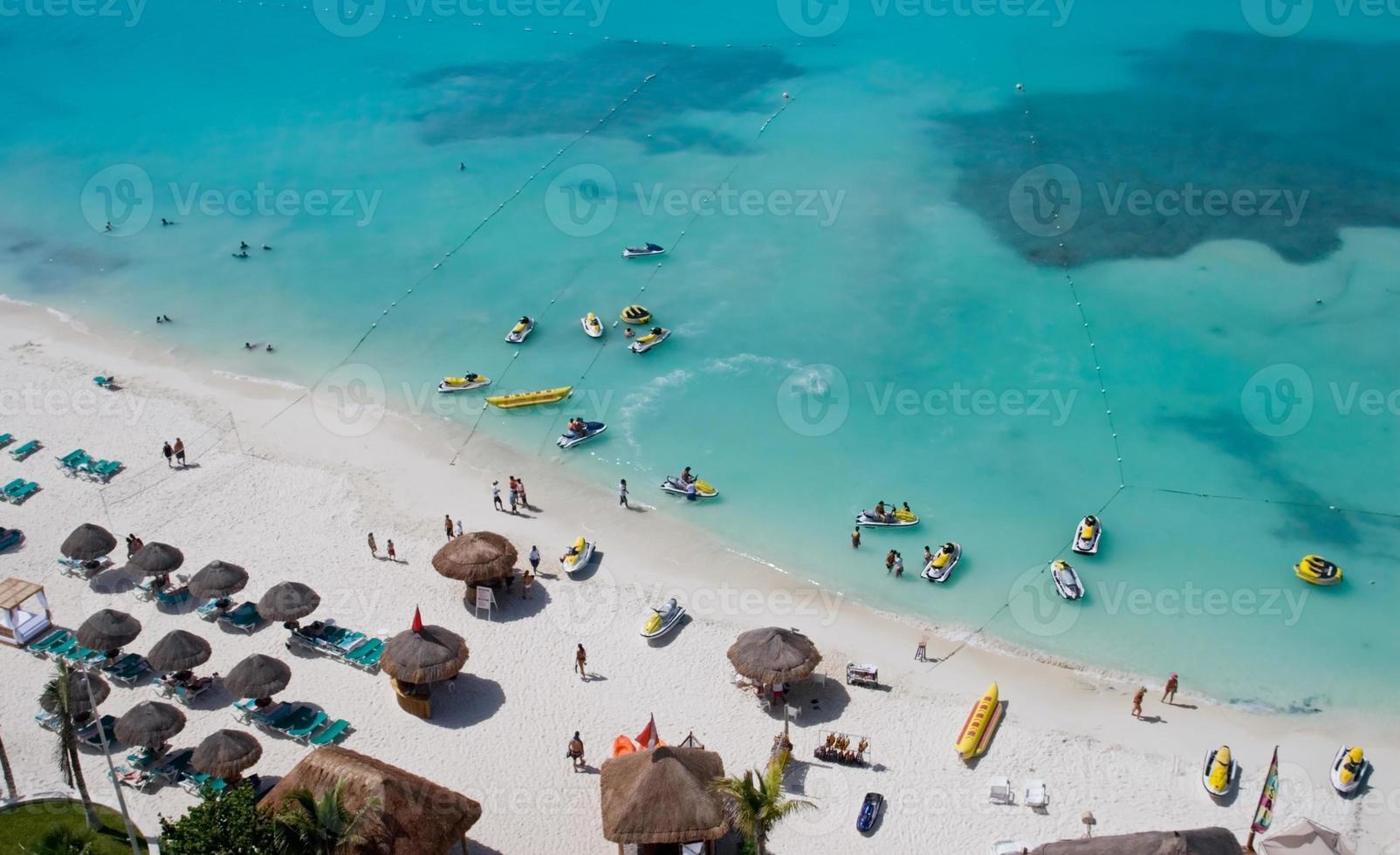 Leute, die den Strand genießen foto