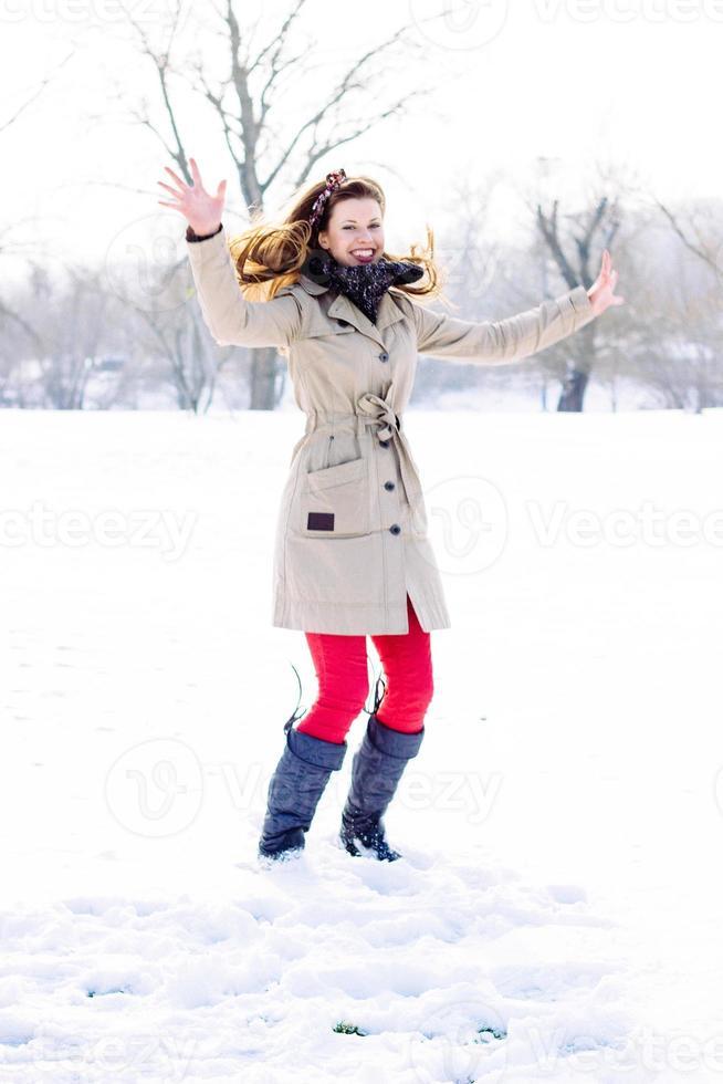 junge Frau genießt den Winter foto