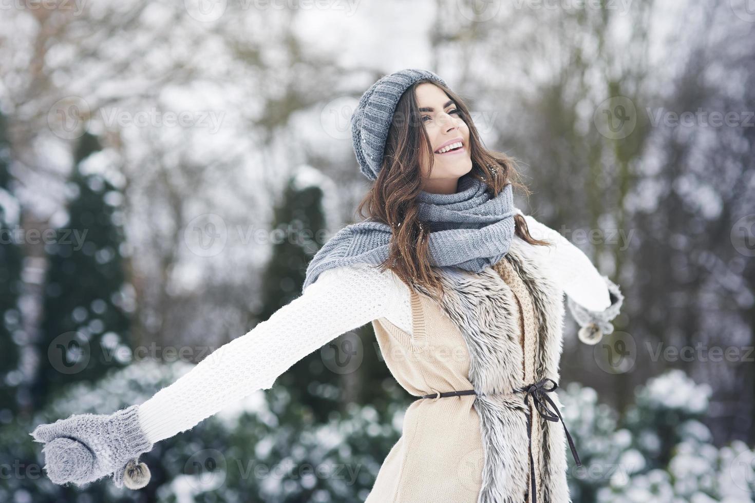junge Frau, die frische Natur in der Winterzeit genießt foto