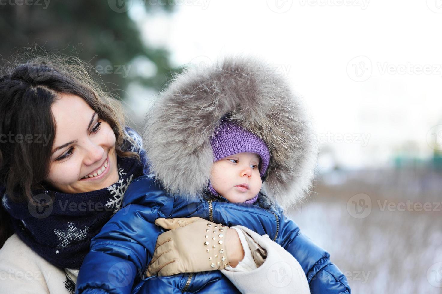 glückliche Familie, die einen Spaziergang im Winterpark genießt foto