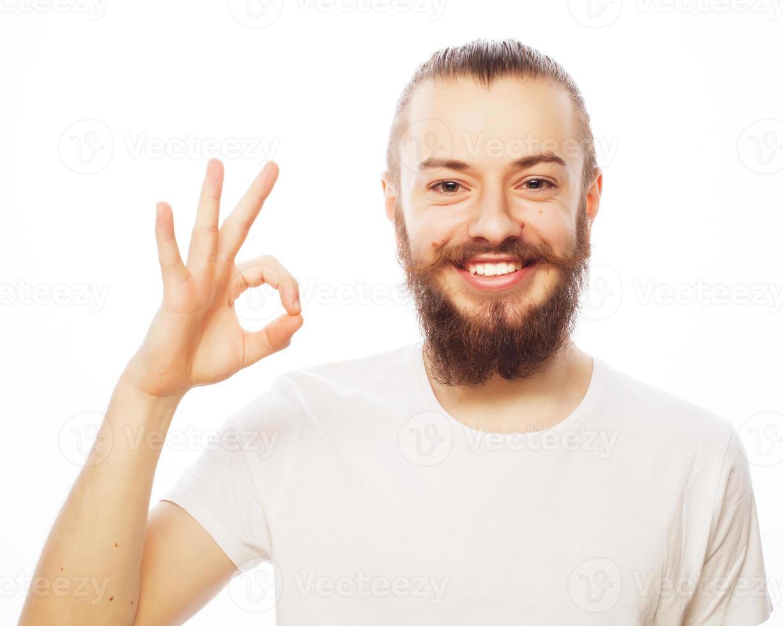 glücklicher Mann, der Daumen hoch Zeichen gibt foto