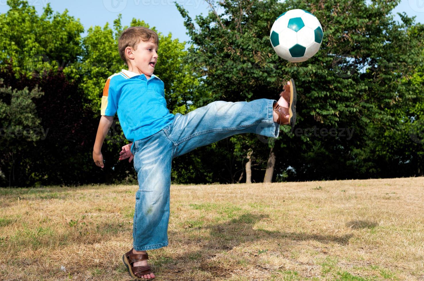 mit all seiner Kraft den Ball zu schlagen foto