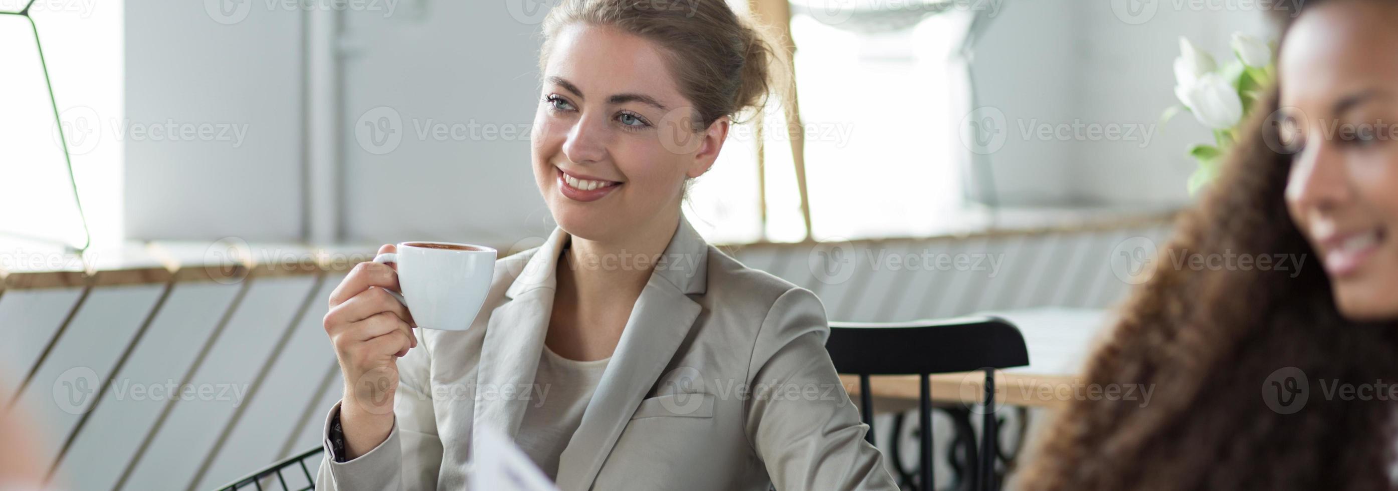 Kaffee trinken während des Treffens foto