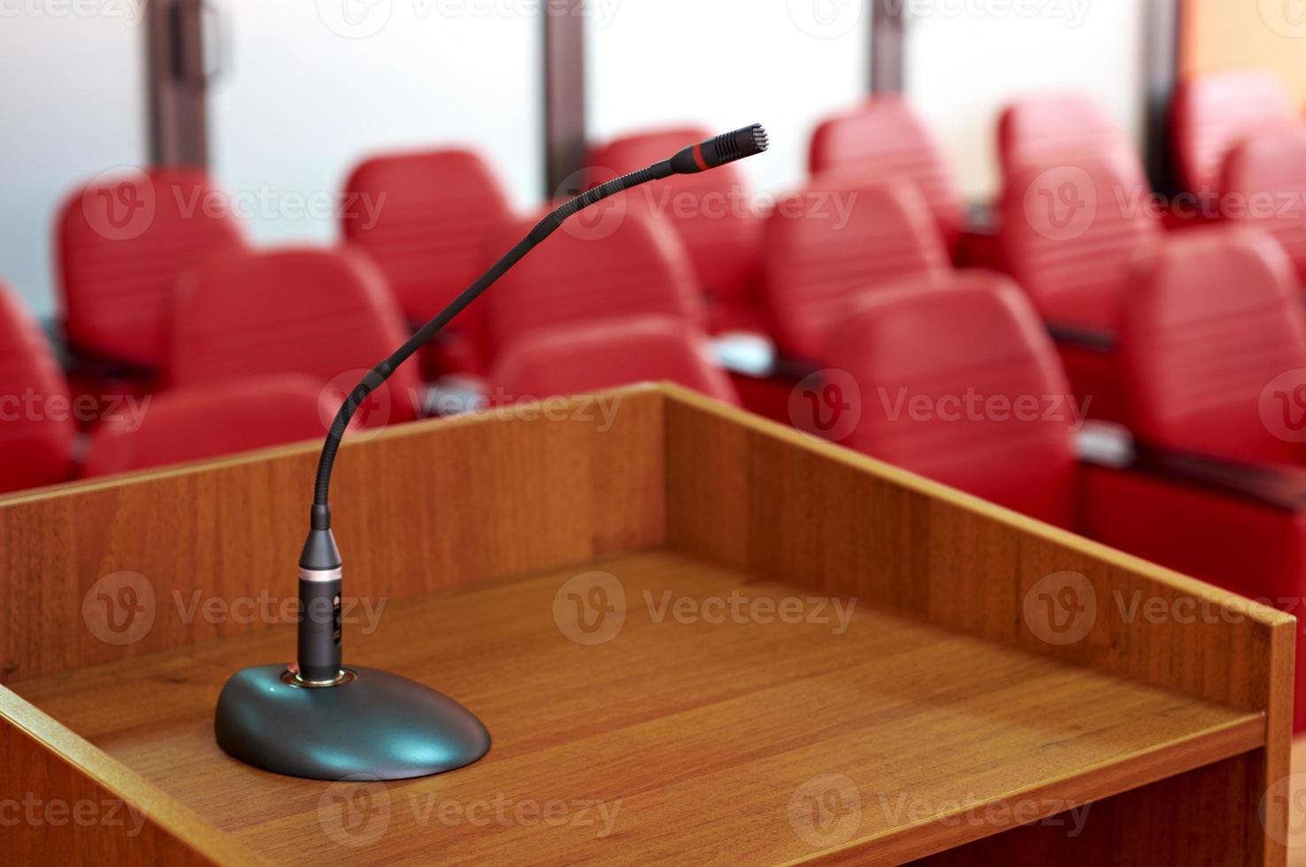 Mikrofon im roten Konferenzraum foto