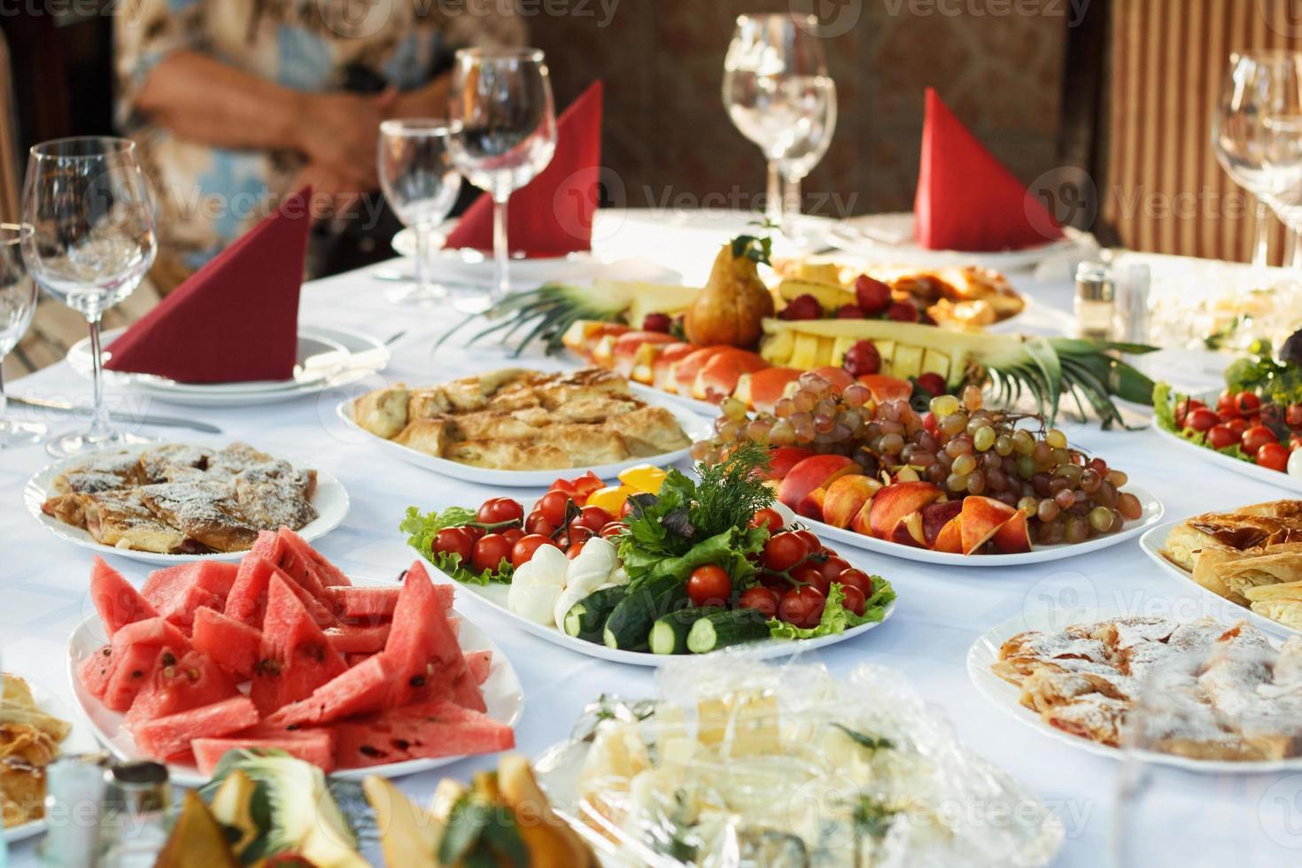 Banketttisch mit Essen feiern foto