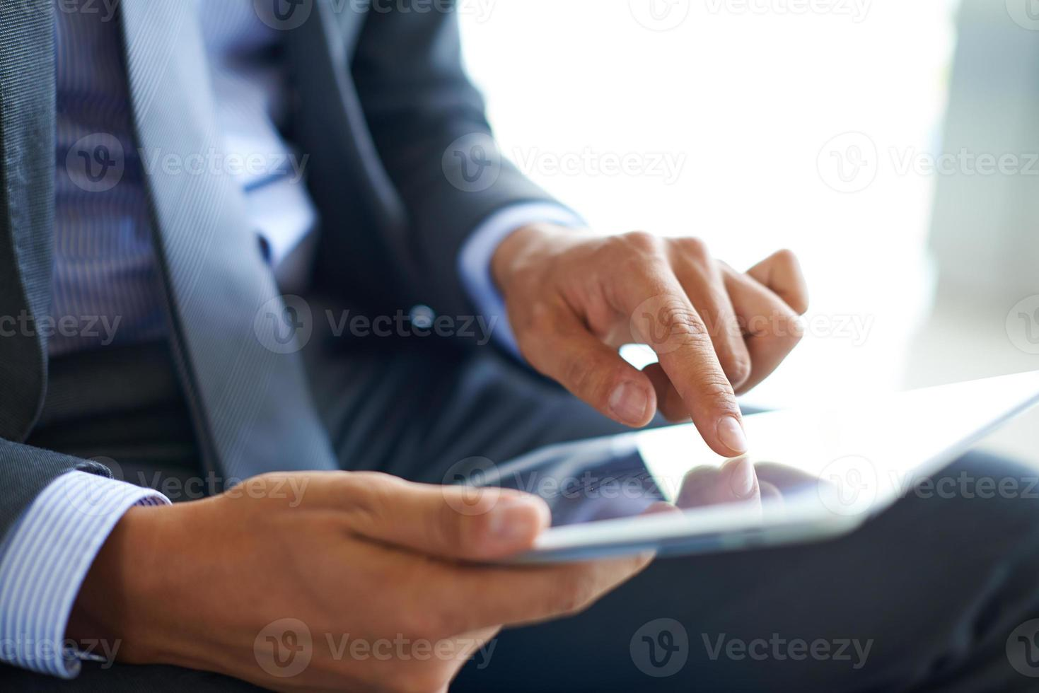 auf den Touchscreen zeigen foto