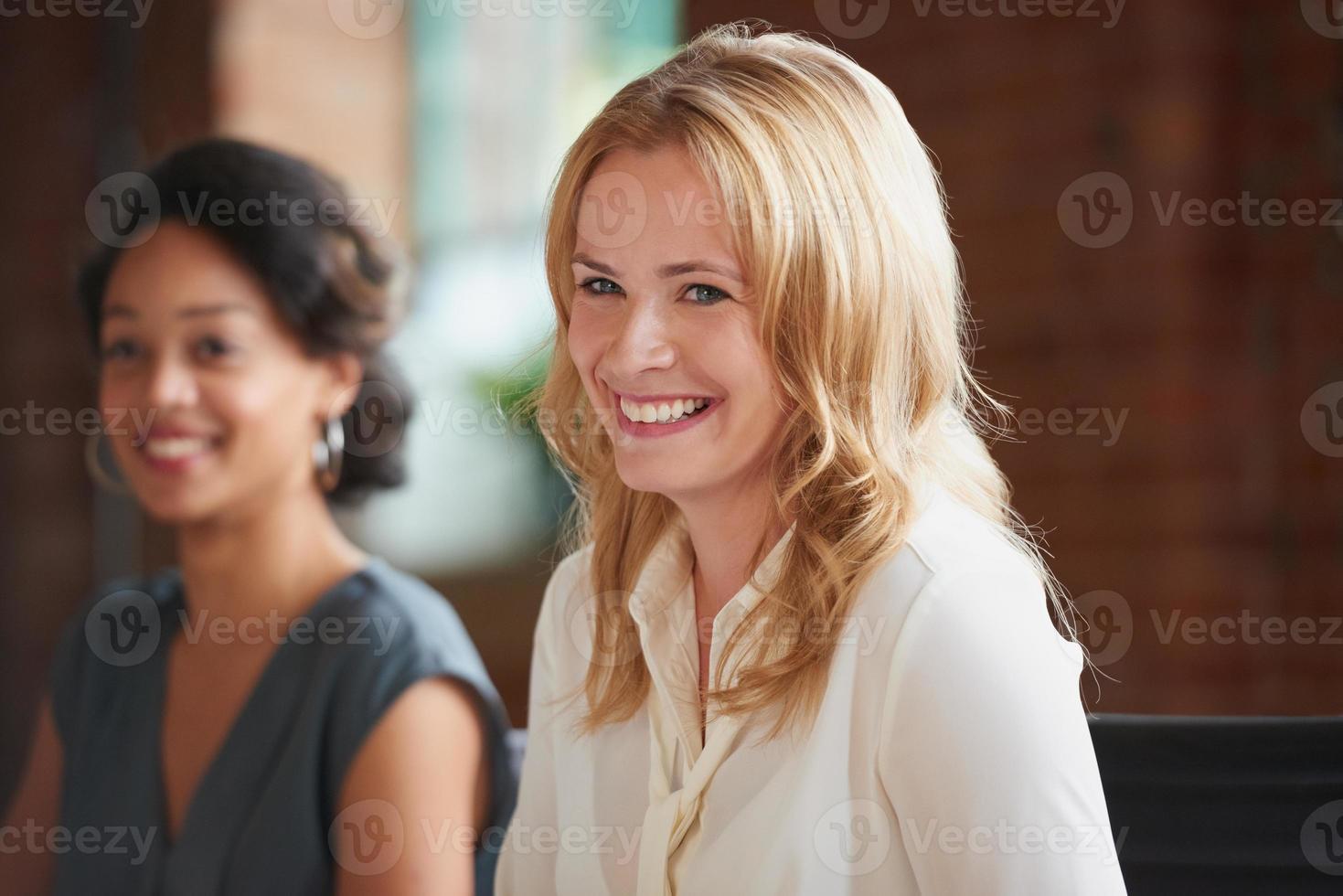 schöne blonde Geschäftsfrau lächelt foto
