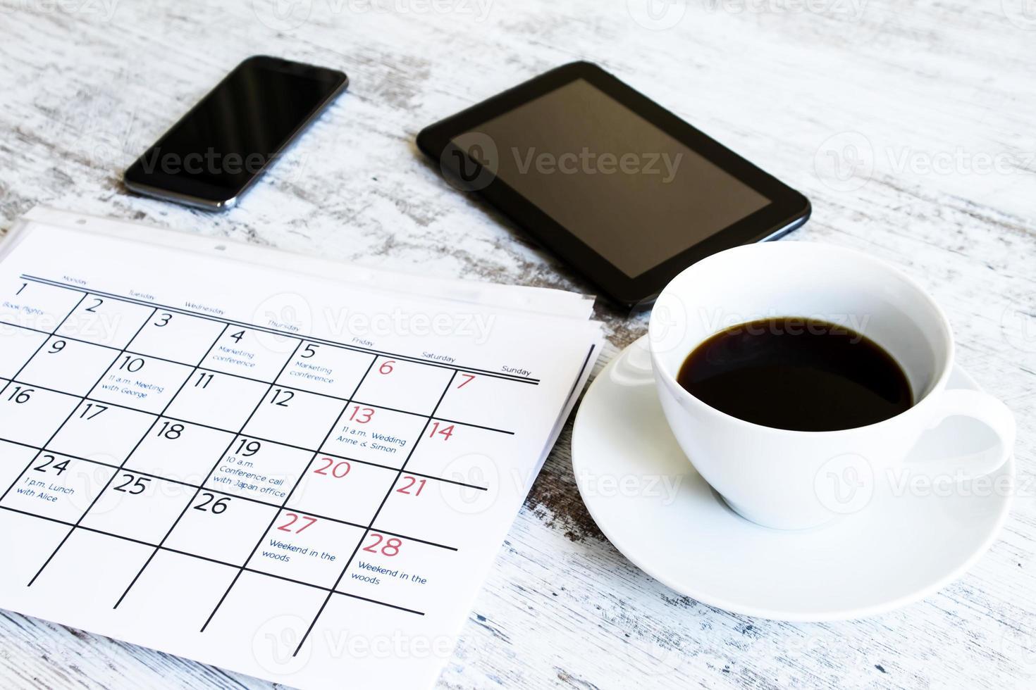 Überprüfen der monatlichen Aktivitäten im Kalender foto