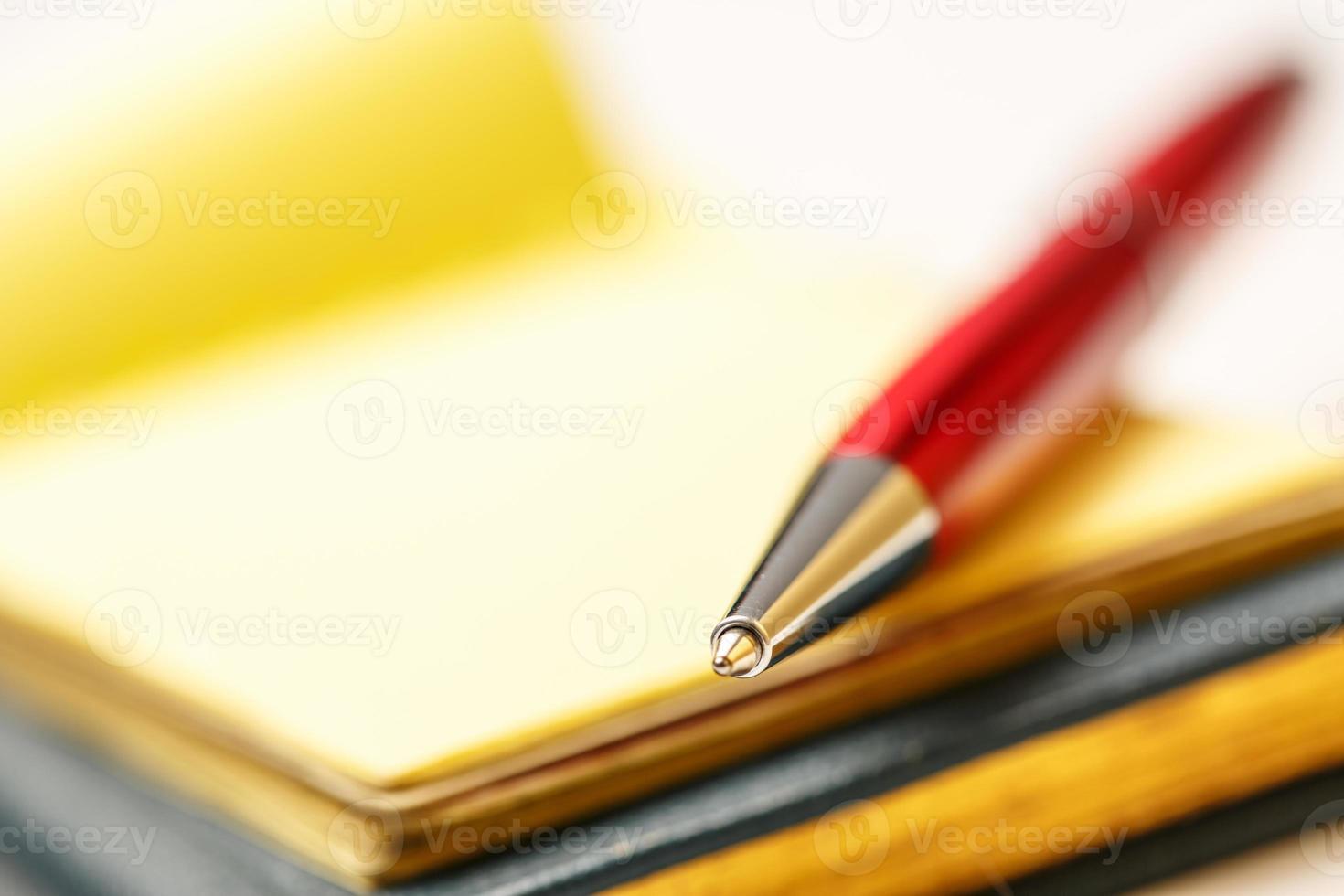 Papierblöcke mit Stift foto
