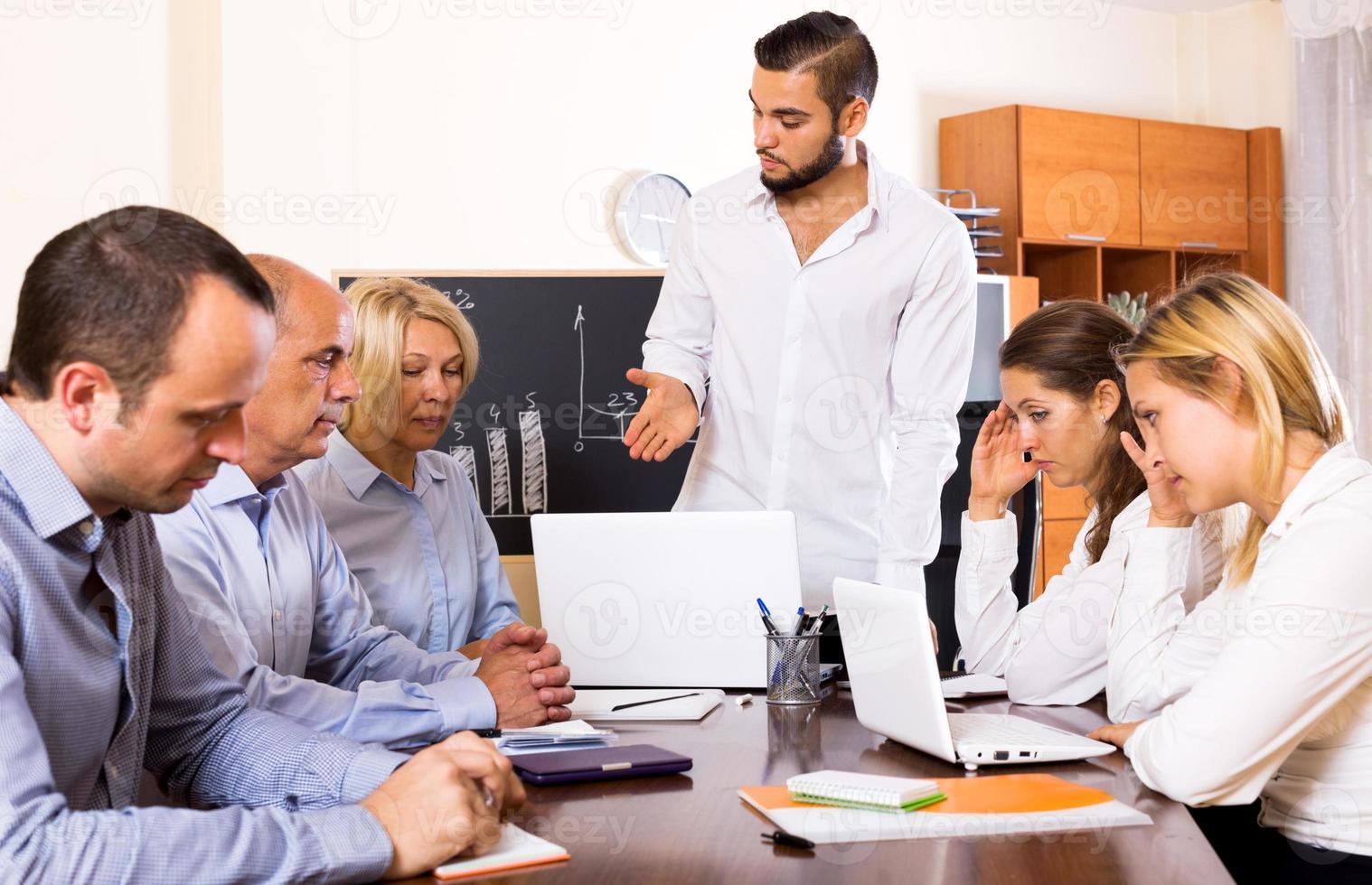 Chef und gestresste Mitarbeiter foto