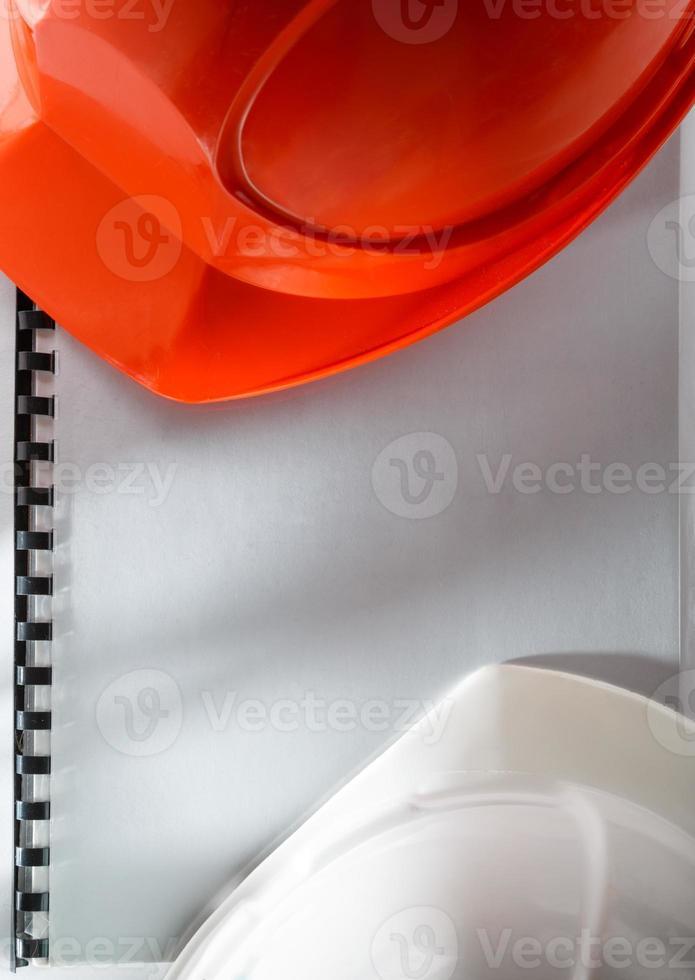 rote und weiße Helme foto