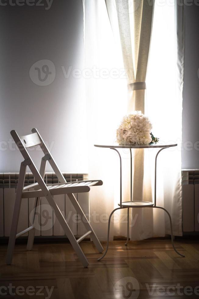 weißer Hochzeitsstrauß auf Tisch foto