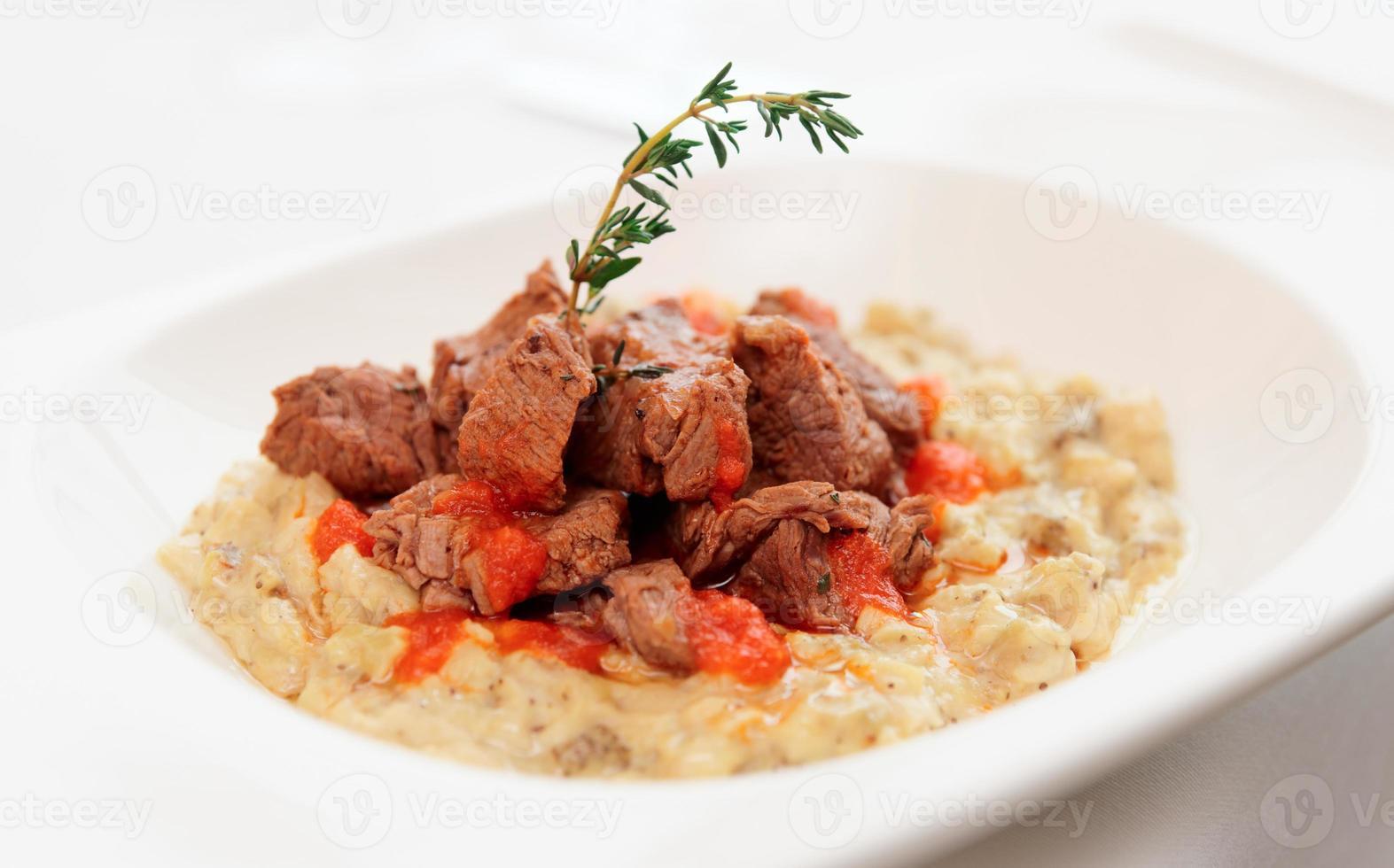 Geschmortes Rindfleisch mit Gemüseragout foto