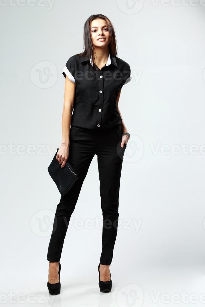 junge glückliche Frau im Stil Kleidung stehend foto