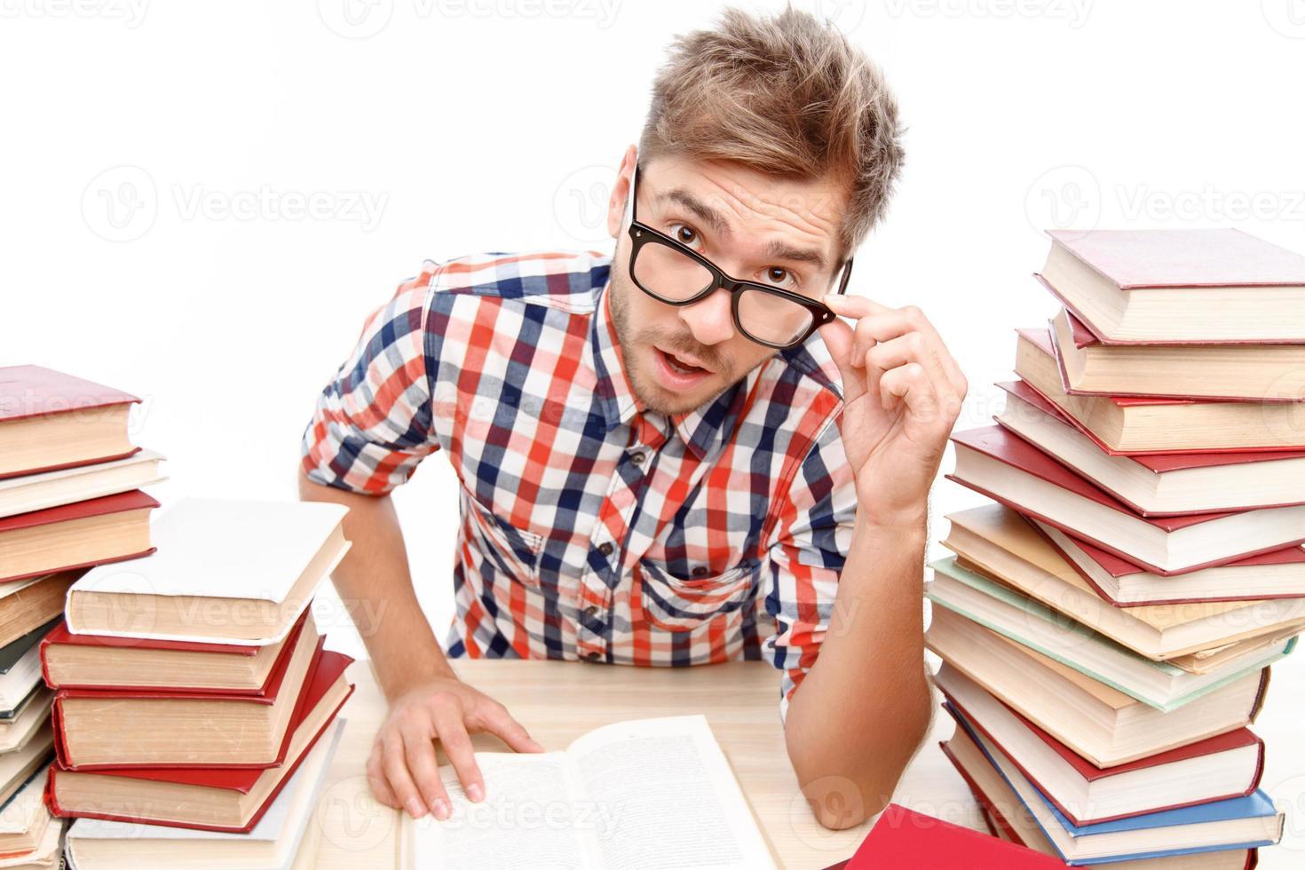 positiver Student, der in der Bibliothek studiert foto