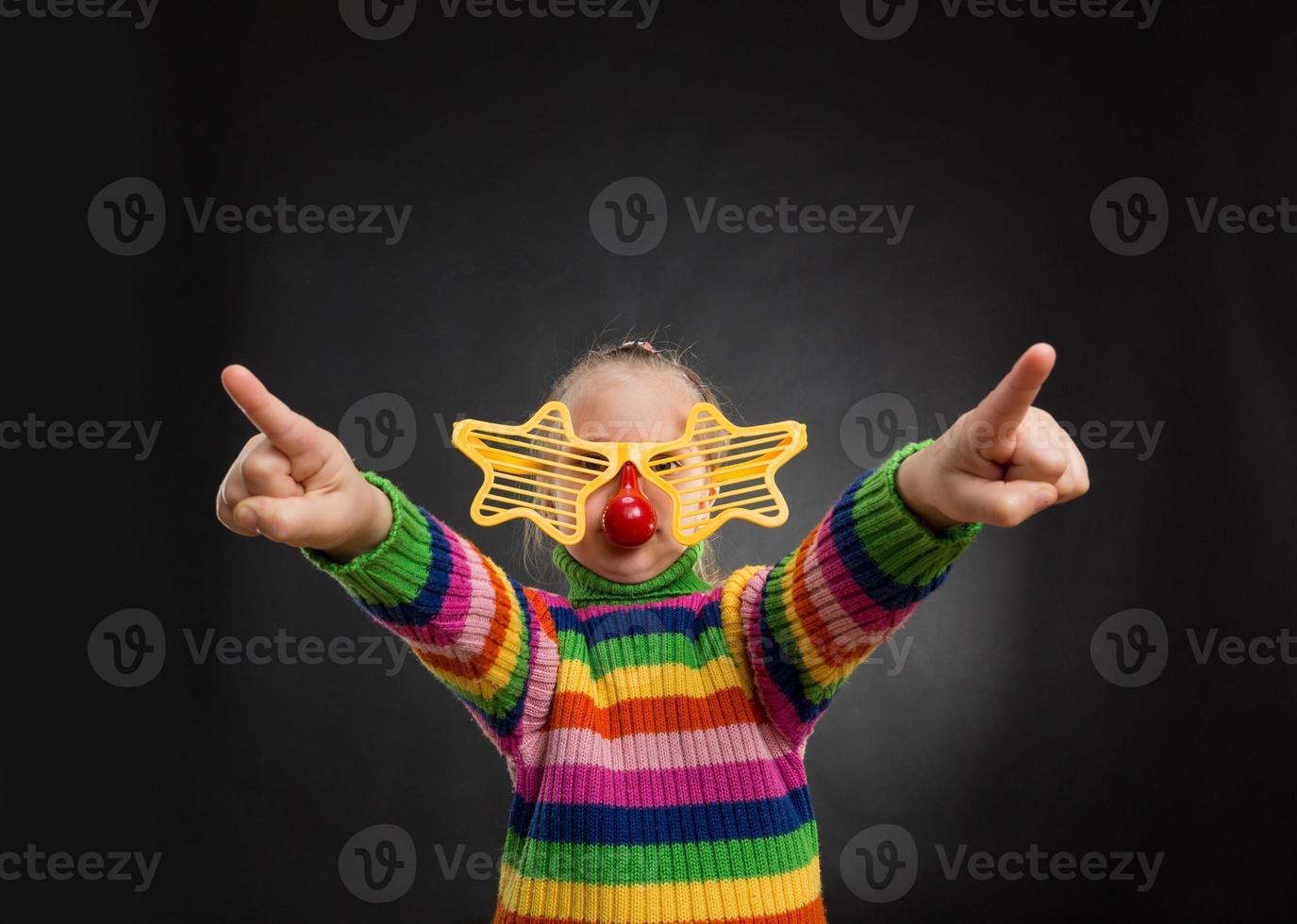 kleines Mädchen in Partybrille foto