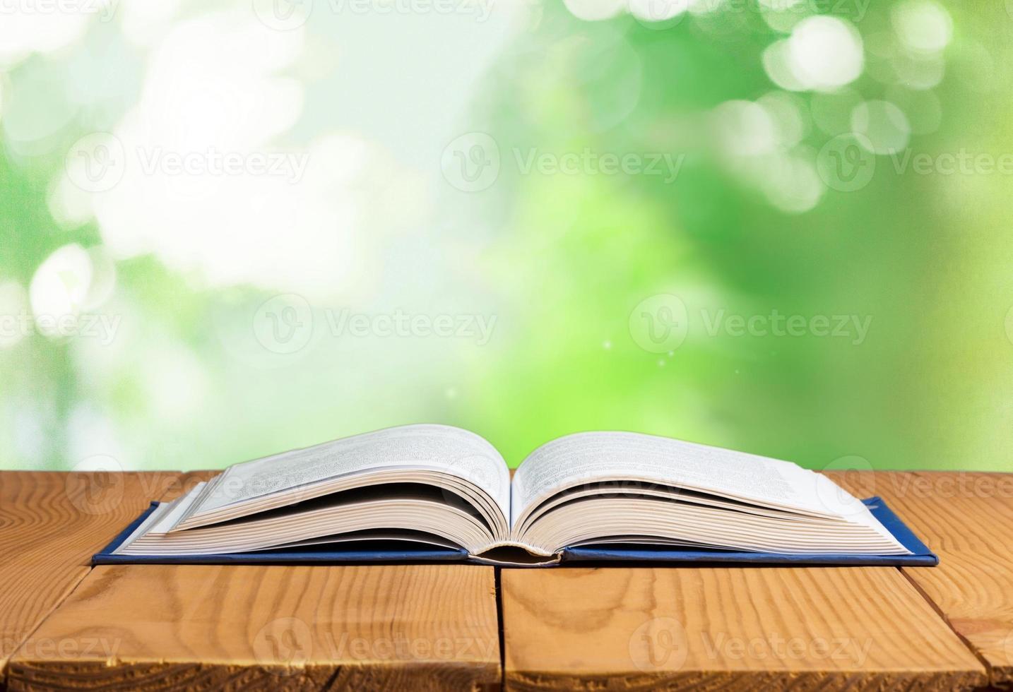 zurück. offenes Buch foto