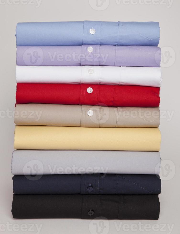 Hemden in verschiedenen Farben und Texturen foto