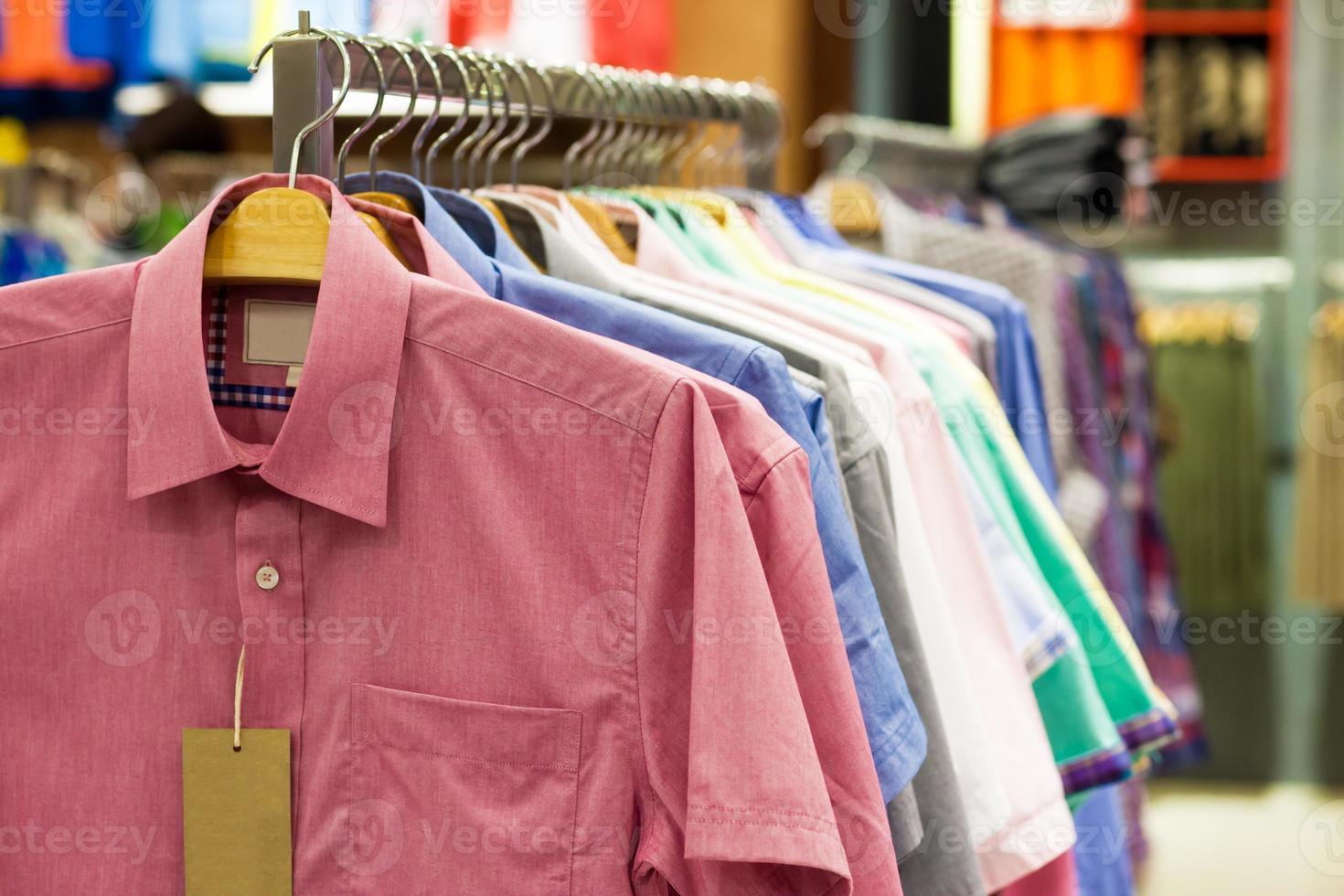 Hemden auf Kleiderbügeln foto
