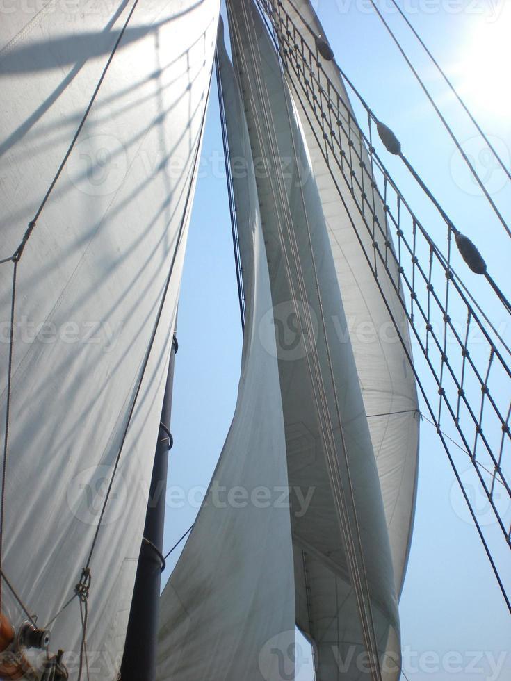 Schiffssegel wehen an einem sonnigen Tag foto
