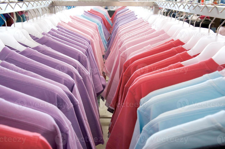 T-Shirts auf dem Kleiderbügel foto