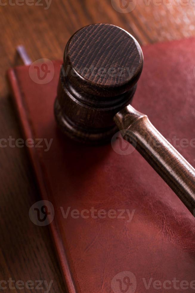 Holzhammer auf kastanienbraunem Buch foto