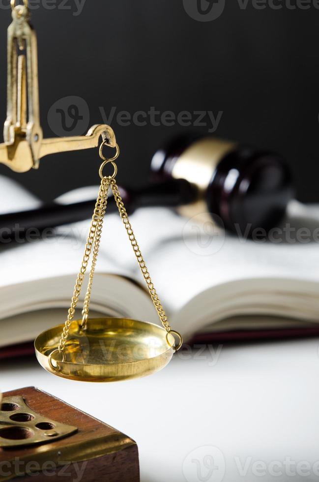 Gesetzeszusammensetzung mit Skala und Hammer auf Büchern foto