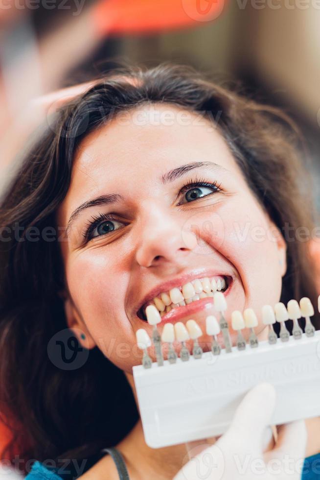 Testen des Weißgrades des Zahns des Patienten foto