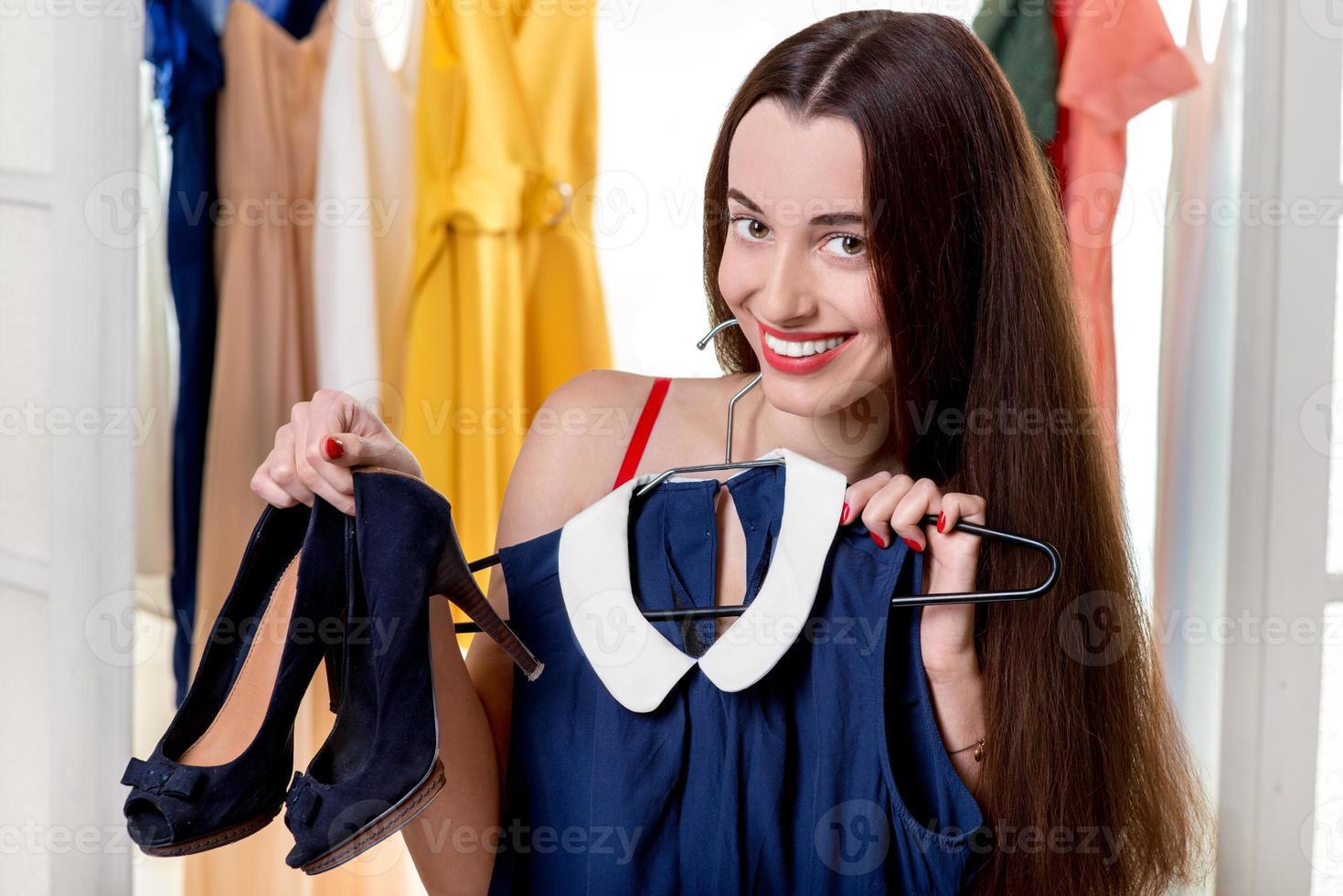 Frau im Kleiderschrank foto