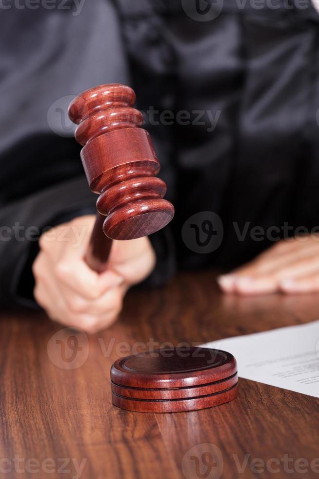 Richter schlägt den Hammer in einem Gerichtssaal foto