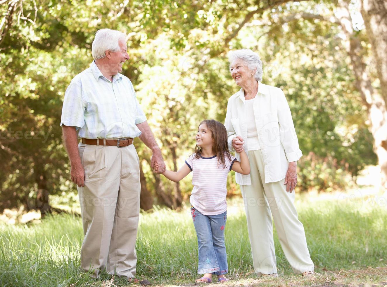 Großeltern im Park mit Enkelin foto