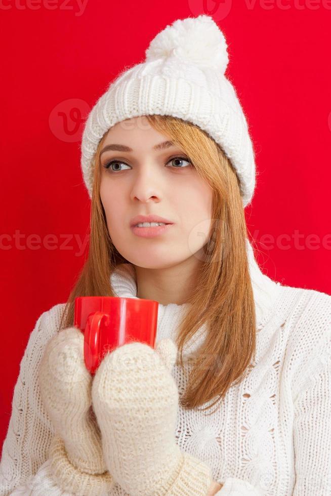 schöne Frau, die heißes Getränk trinkt foto