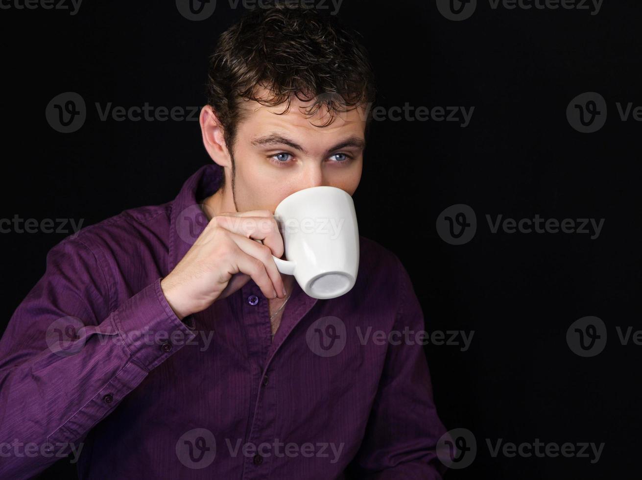 Mann trinkt Kaffee foto