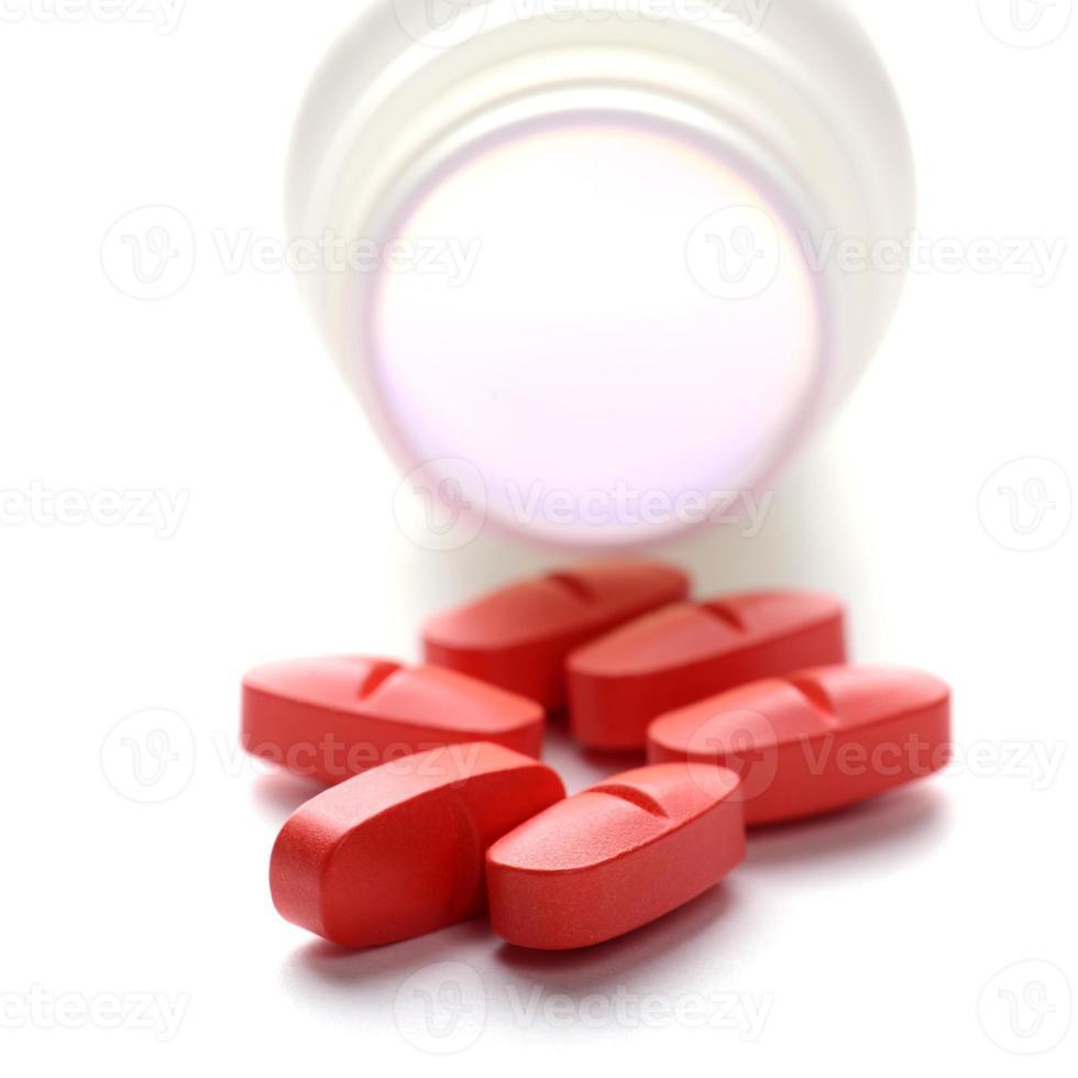 Pillen in Pillenflasche auf weißem Hintergrund foto