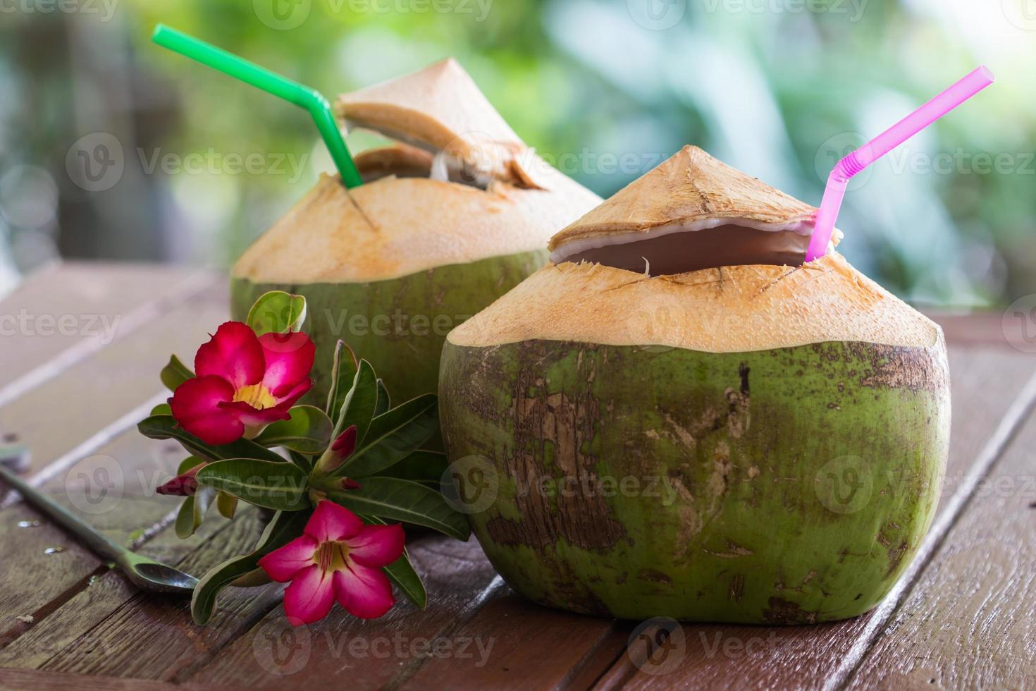 Kokoswasser trinken foto