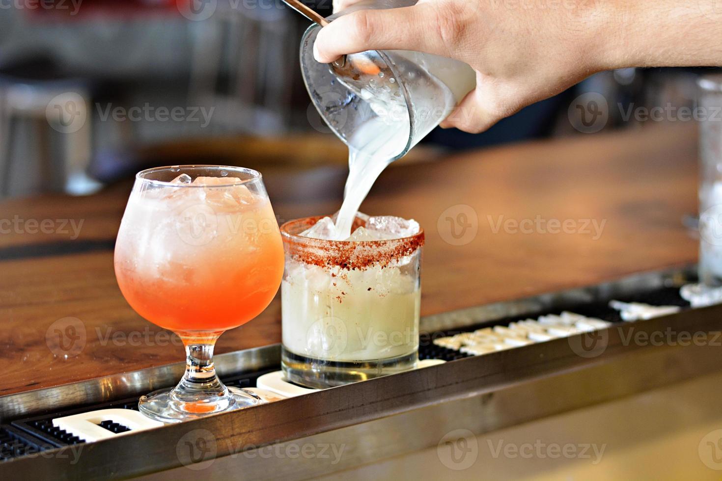 Barkeeper gießt Getränke ein foto