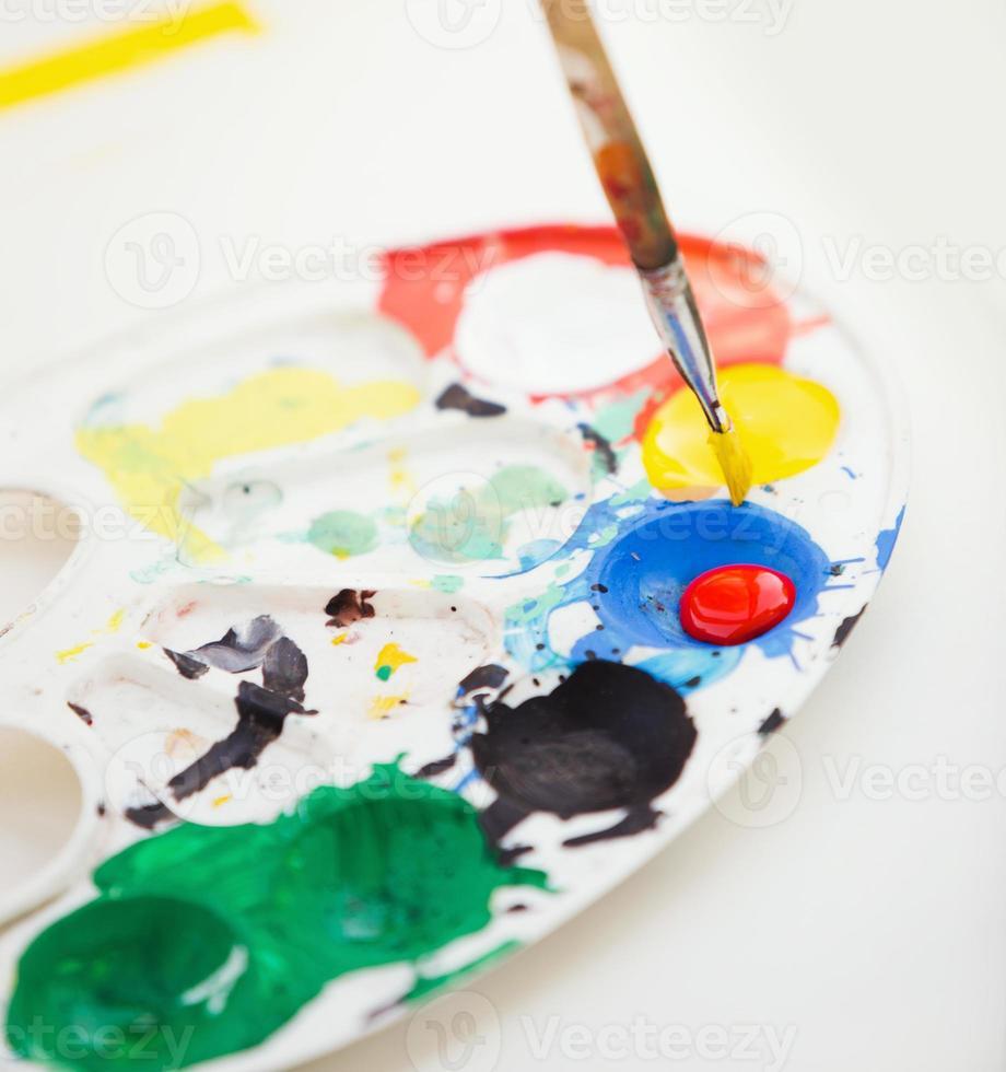 Plastikfarbe Palette mit Farbe und Pinsel, Nahaufnahme Foto