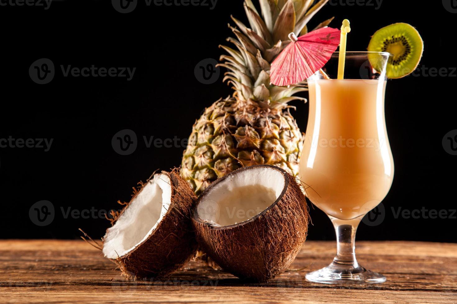 exotische Getränke auf Schwarz foto