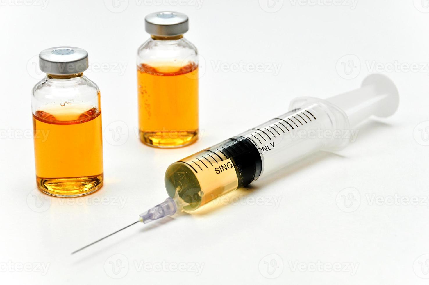 Impfstoff mit Injektionsspritze und Nadel foto
