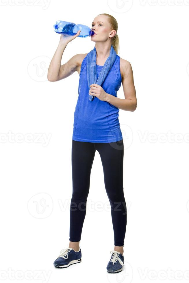 Frau trinkt nach Fitness foto