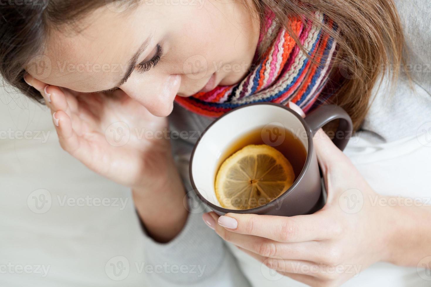 kranke Frau, die Tee trinkt foto