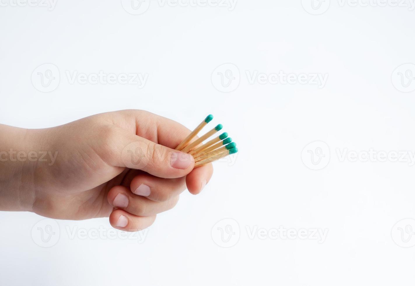 Streichhölzer in Kinderhand isoliert auf Weiß foto
